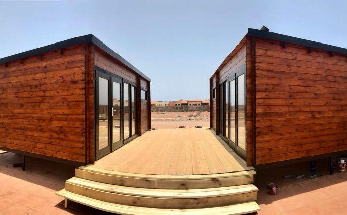Cabañas de madera con techo plano enfrentadas - casas de clientes