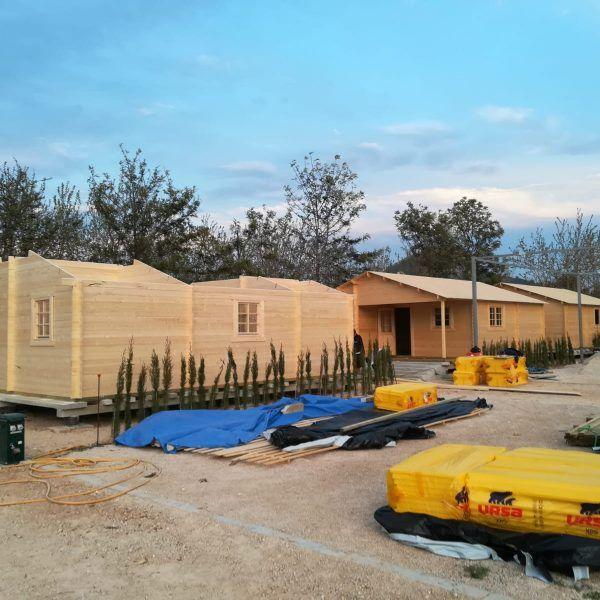montaje de casas de madera en camping